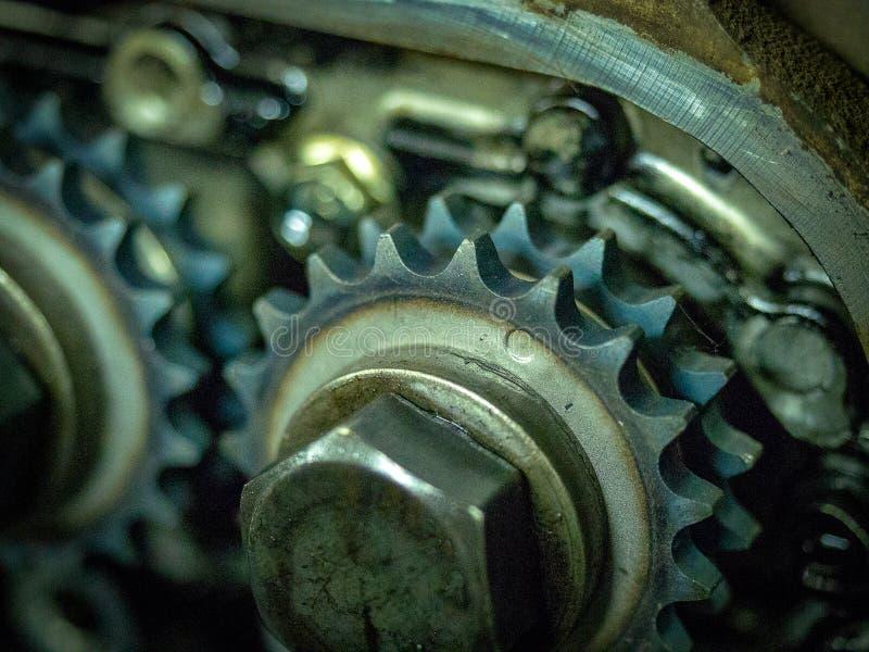 Interiores de um bloco desmontado motor a combustão interna com parafusos e óleo das engrenagens foto de stock