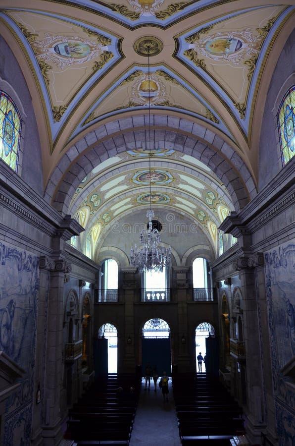 Interiores de uma igreja Católica velha imagem de stock royalty free