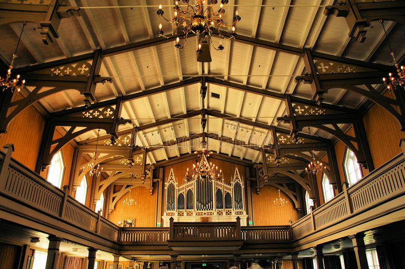 Interiores de uma igreja de madeira imagens de stock royalty free