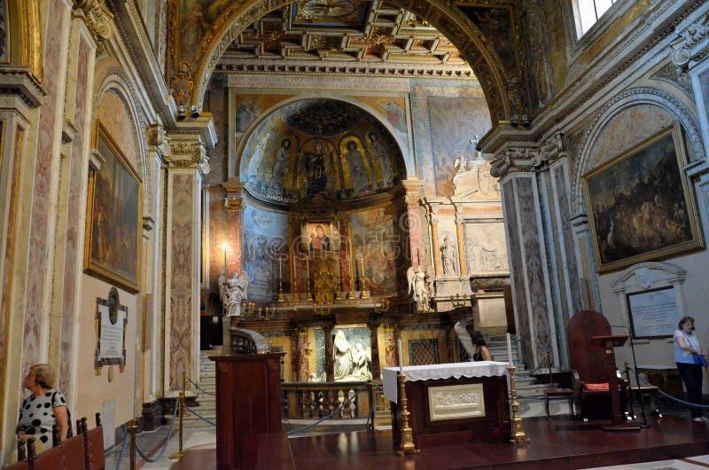 Interiores de uma igreja histórica em Roma fotos de stock