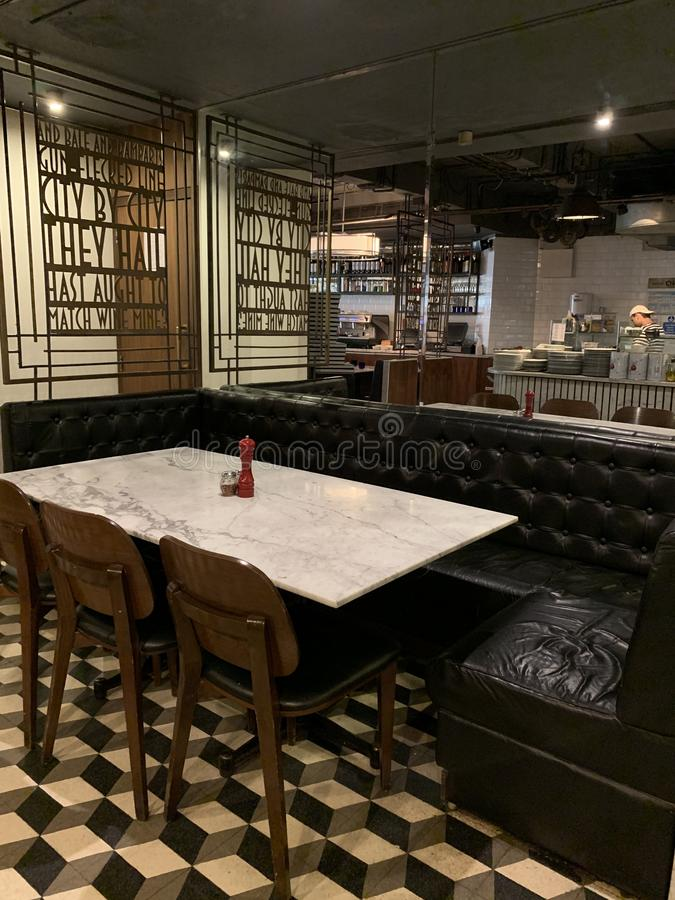 Interiores del restaurante de PizzaExpress, Colaba la India, Rudyard Kipling foto de archivo