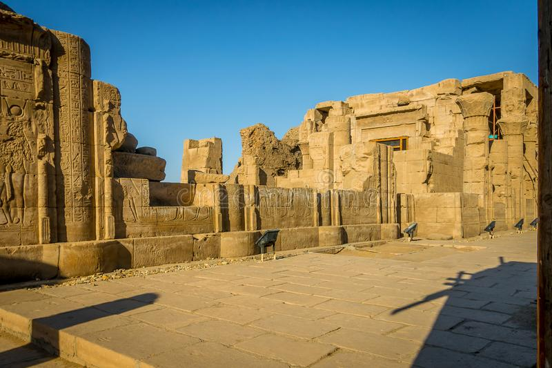 Interiores del templo de Edfu Egipto imagenes de archivo