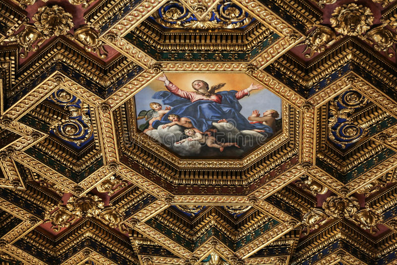 Interiores e detalhes arquitetónicos de di Santa Maria da basílica em Trastevere em Roma, foto de stock royalty free