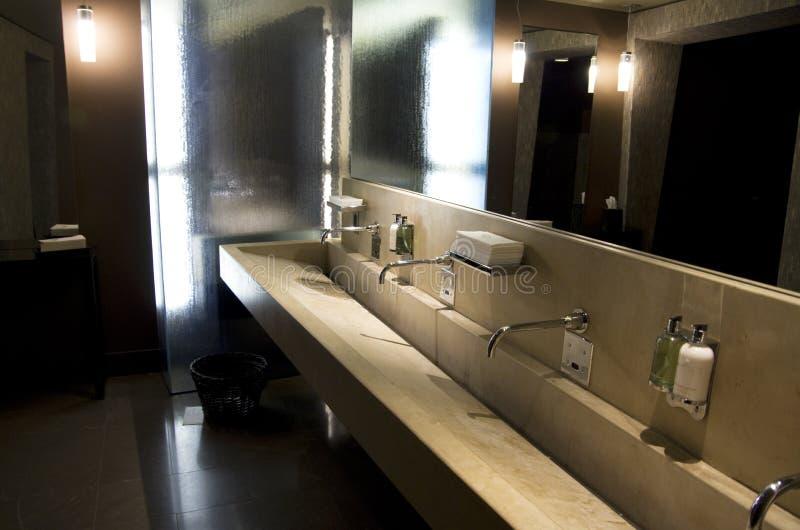 Interiores hermosos del cuarto de baño del hotel imagenes de archivo