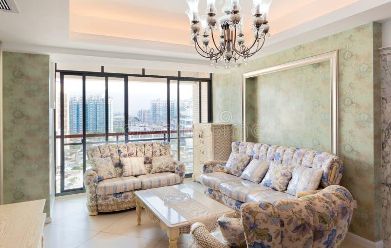 Interiores modernos con el sofá y el vector imágenes de archivo libres de regalías