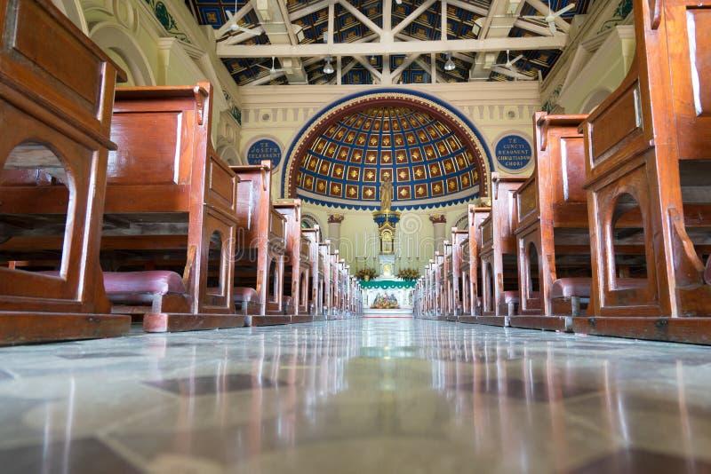 Interiores no lado o lugar tão bonito da igreja imagens de stock royalty free