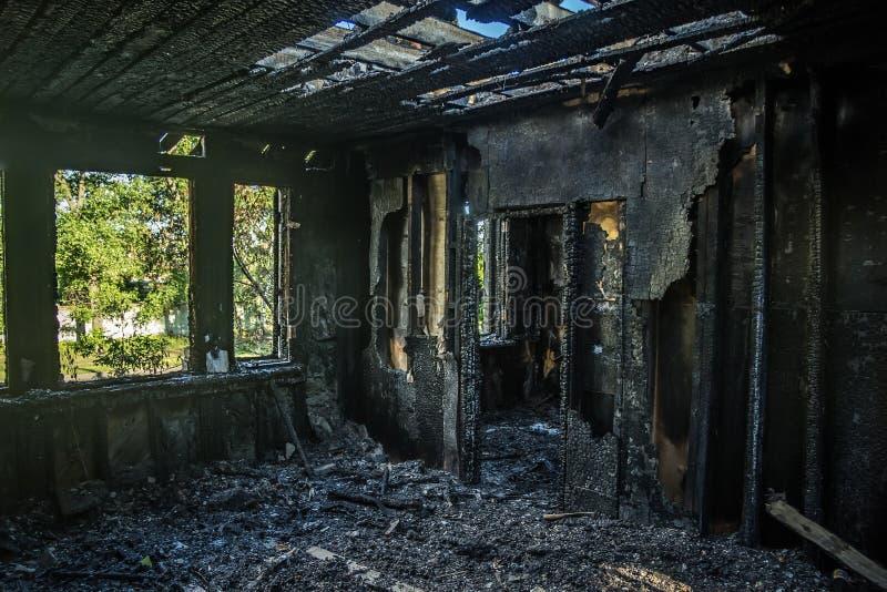 Interiores queimados da casa após o fogo imagens de stock royalty free