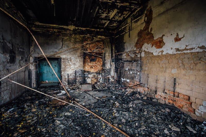 Interiores queimados do salão industrial após o fogo na fábrica fotos de stock royalty free