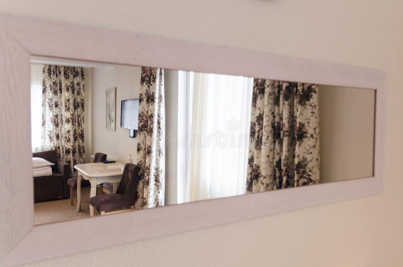Interiores refletindo de uma sala do espelho fotos de stock