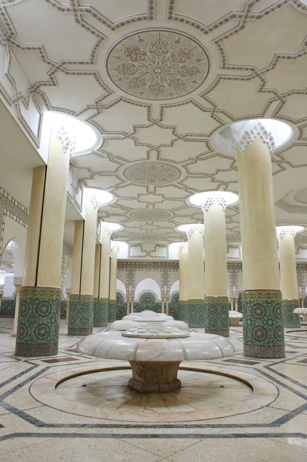 Interiores (salão da ablução) da mesquita de Hassan foto de stock