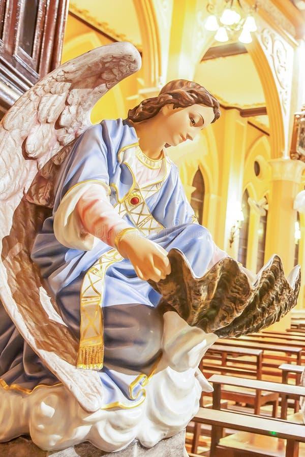 Interiores velhos da igreja com estátua de um anjo, diocese de Chanthaburi, Tailândia imagens de stock