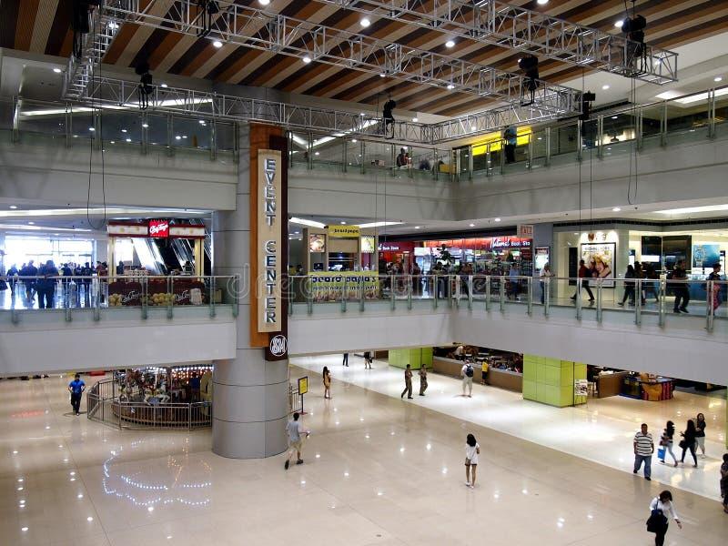 Interiores, vestíbulos y tiendas dentro del SM Megamall foto de archivo libre de regalías