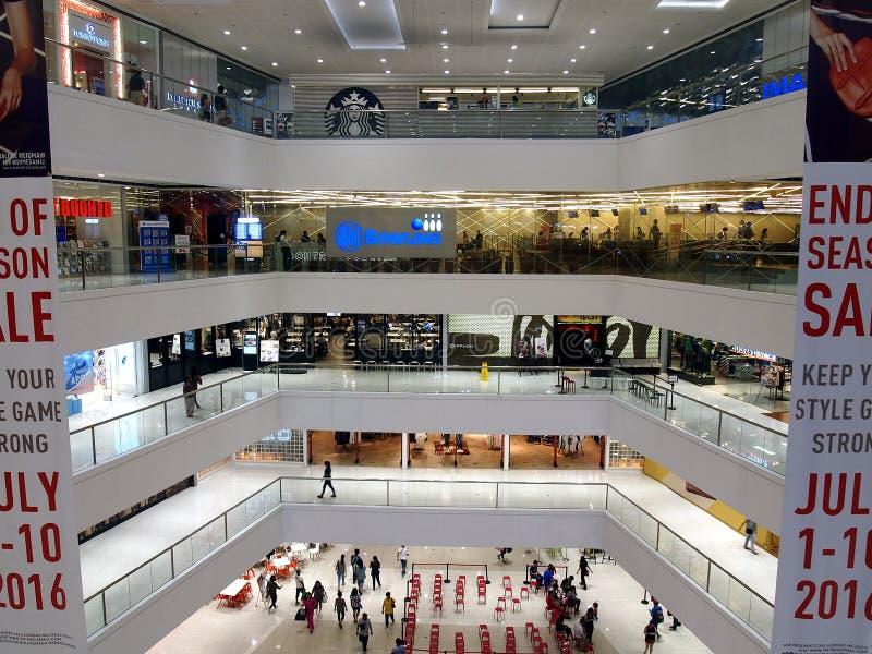 Interiores, vestíbulos y tiendas dentro del SM Megamall fotografía de archivo