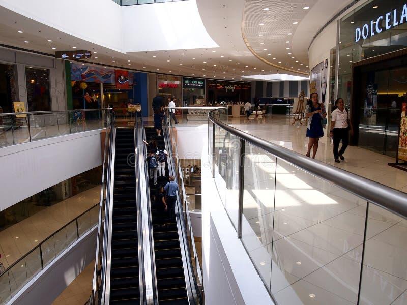 Interiores, vestíbulos y tiendas dentro del SM Megamall imagenes de archivo