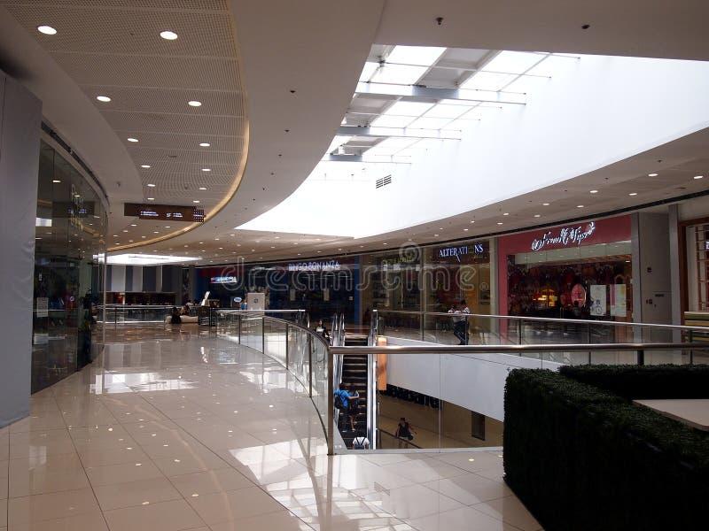 Interiores, vestíbulos y tiendas dentro del SM Megamall imagen de archivo