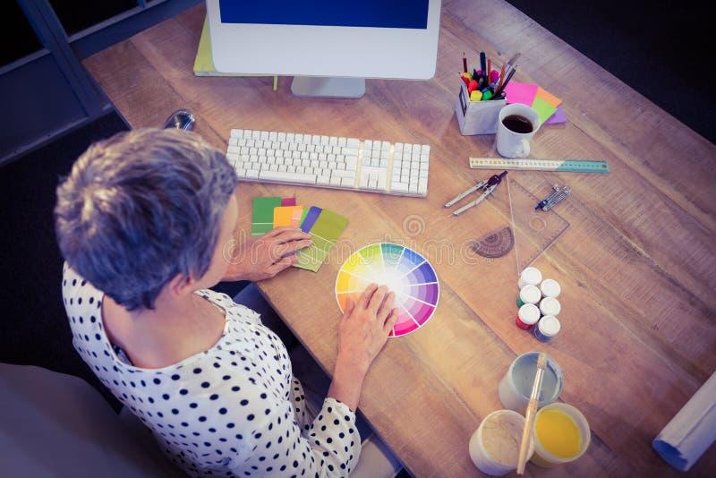 Interiorista que trabaja en el escritorio fotos de archivo libres de regalías
