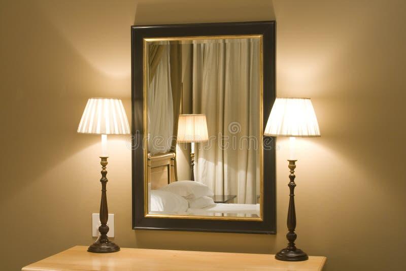 interios现代闪亮指示的镜子 库存图片