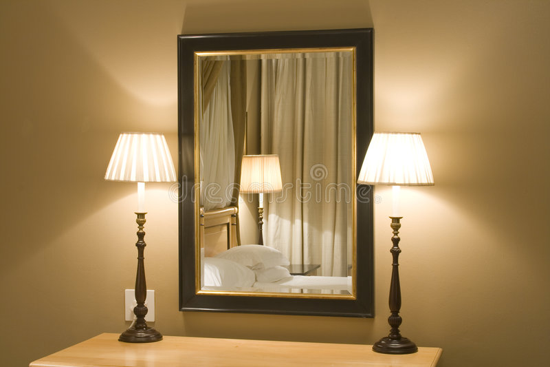 Interios moderne - lampes et miroir images stock