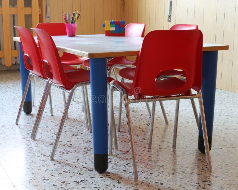Interiot-Klassenzimmer eines Kindergartens mit roten Stühlen lizenzfreies stockfoto
