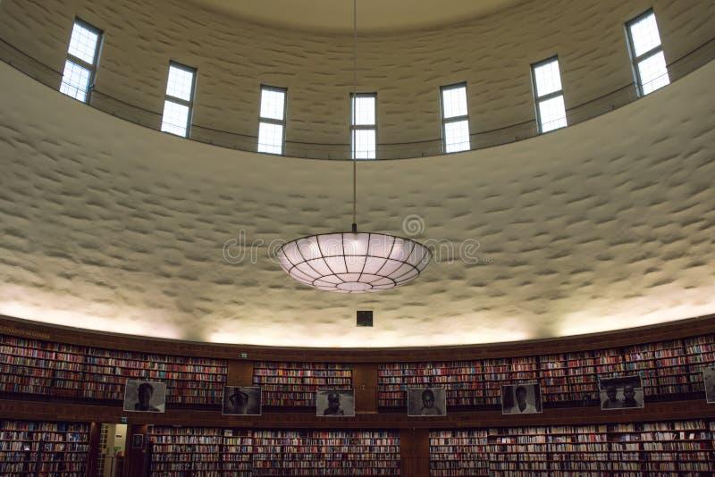 Interiour de grande, circulaire bibliothèque photo stock