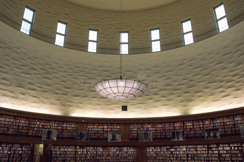 Interiour di grande, biblioteca circolare fotografia stock