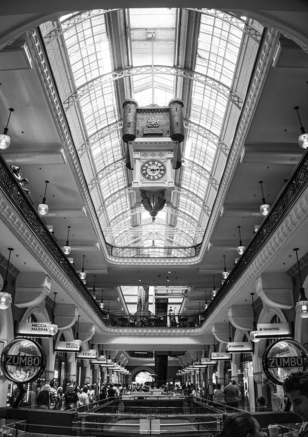 Interiour widok królowej Wiktoria budynek w Sydney, Australia - czarny i biały zdjęcie royalty free