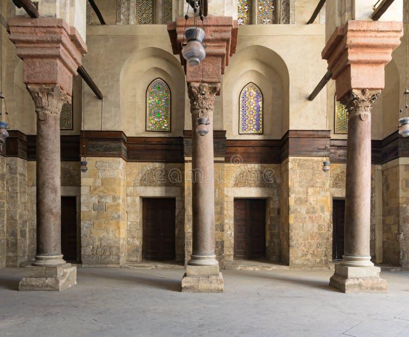 Interiror histórico de la mezquita que ofrece puertas de madera y gla manchado fotos de archivo libres de regalías
