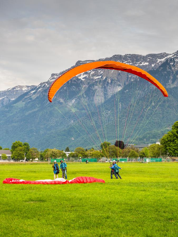 interlaken paragliding switzerland arkivfoton