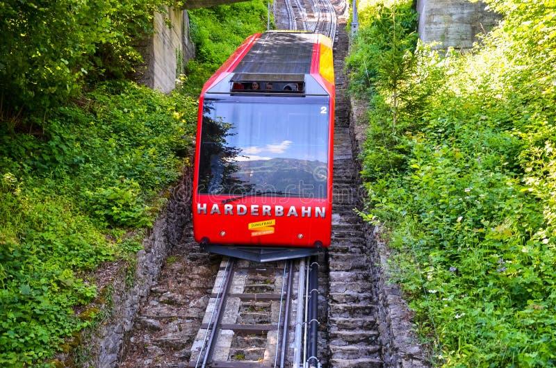 Interlaken Schweiz - Juli 16 2019: Röd sluttande kabelbilkörning från mer hårda Kulm, överkant av Interlaken arkivfoto