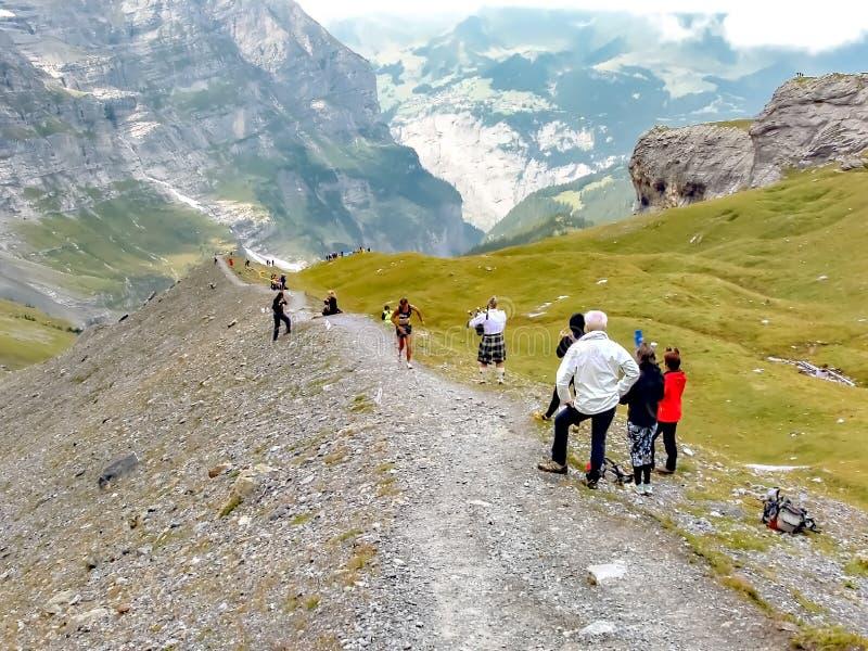 Interlaken Schweiz - September 09 2008: Herrmann Achmueller passerar den högsta punkten av den Jungfrau maraton arkivbilder