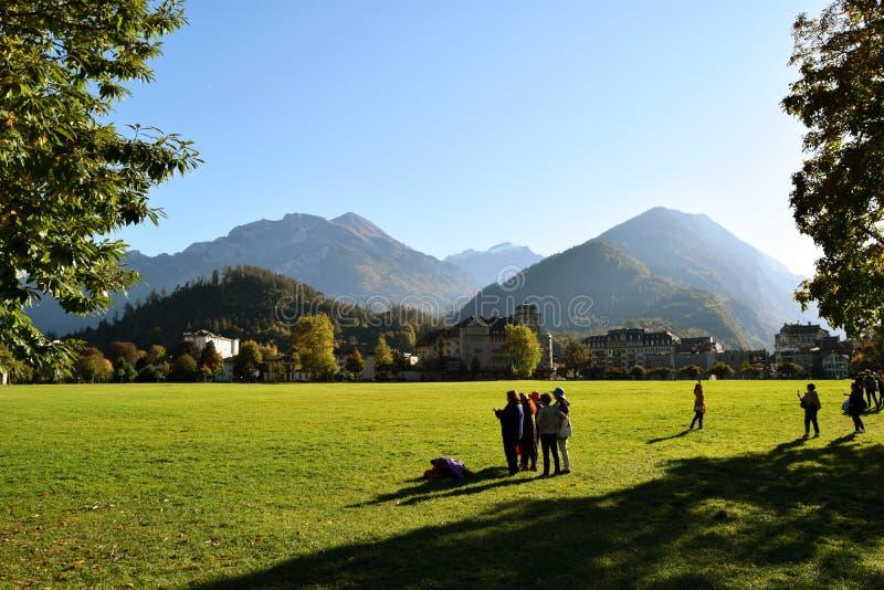 Interlaken, Zwitserland, Families en de vrienden die pret de hebben bij theegazon gardeen stock foto