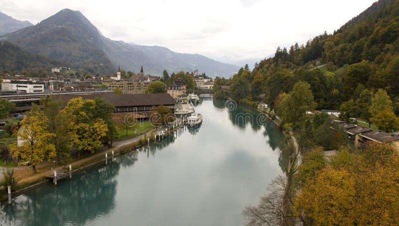 Interlaken, Zwitserland, waterweg tussen de meren royalty-vrije stock afbeelding