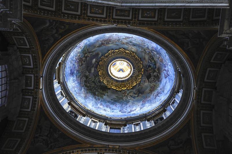 Intern von St- Peter` s Basilika, Rom Italien stockbilder