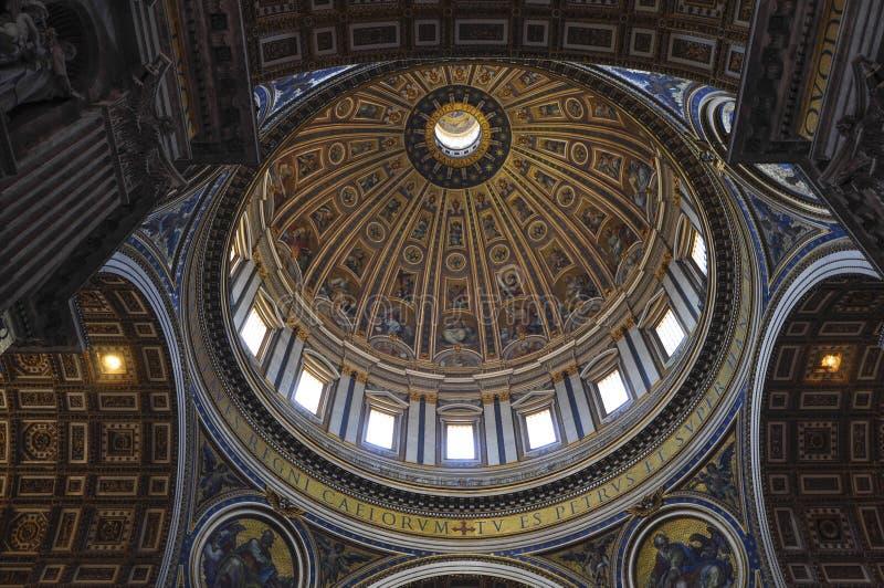 Intern von St- Peter` s Basilika, Rom Italien stockfotos