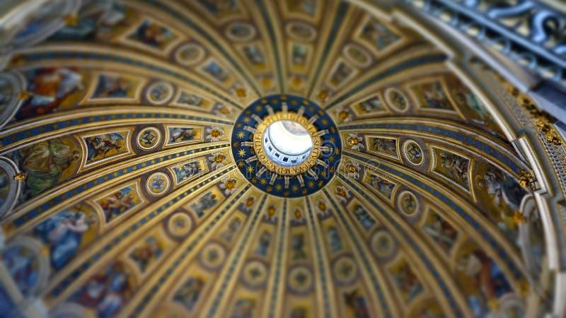 Intern von St- Peter` s Basilika, Rom Italien stockbild