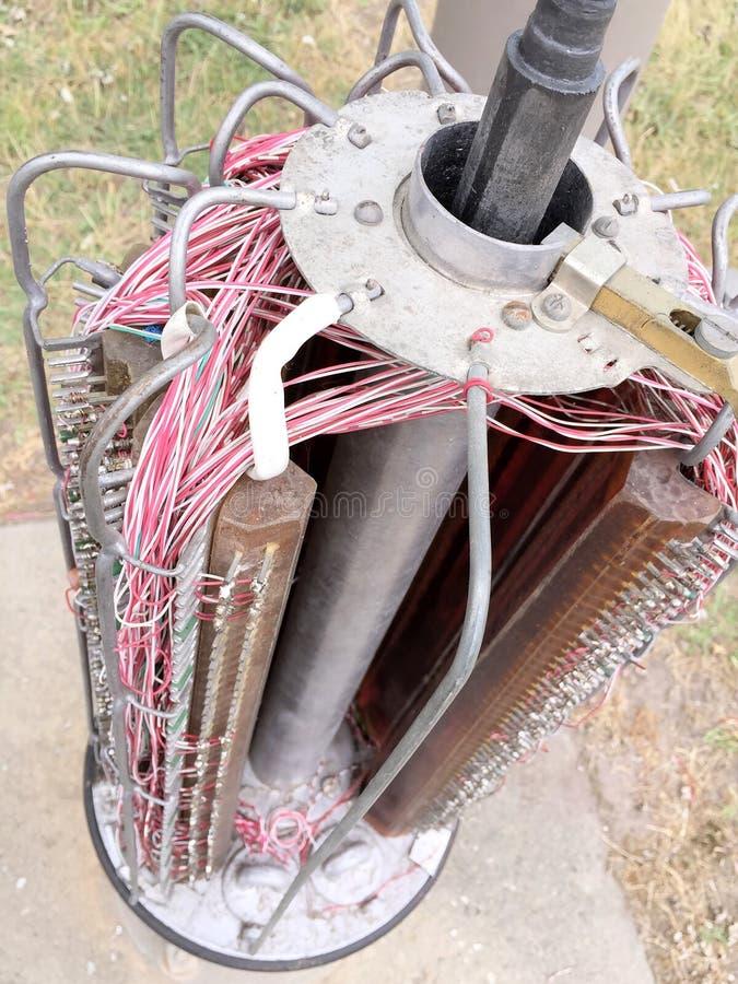 Internals avec des jonctions de câble cuivre d'un pilier de télécommunication de style ancien photo stock