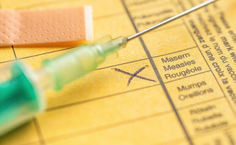 Internationaal certificaat van inenting - Mazelen stock foto