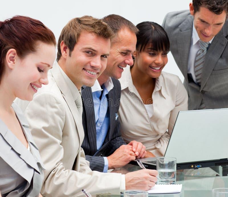 Internationaal commercieel team dat bij een computer werkt royalty-vrije stock afbeelding
