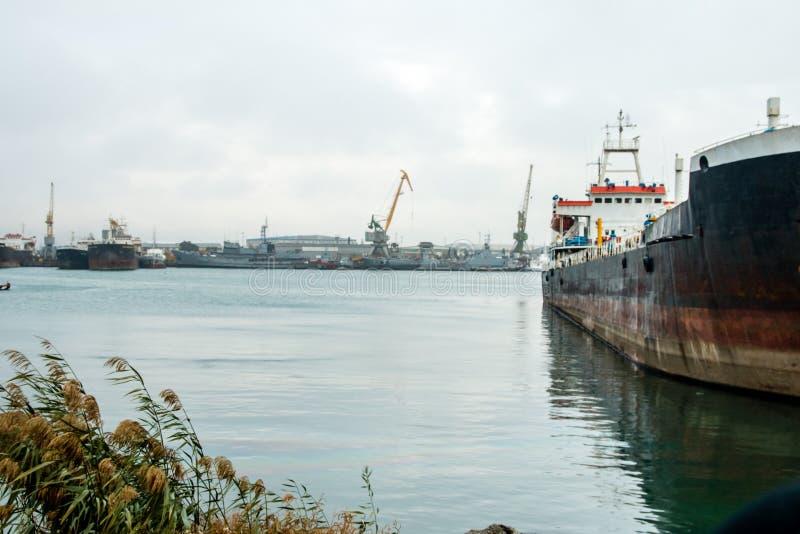 Internationaal Containervrachtschip Kaspische Overzees stock foto