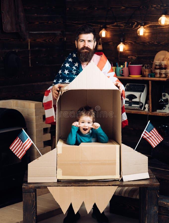 Internationaal vriendschap, vrijheid en mensenconcept - gelukkige familie met Amerikaanse vlag bij document raket royalty-vrije stock foto