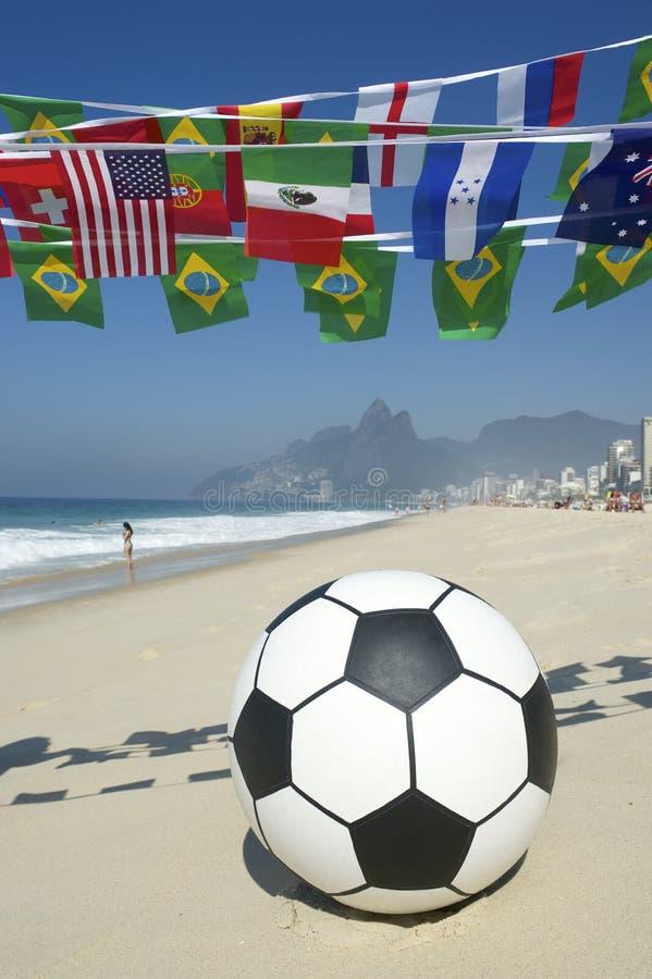 International футбола футбольного мяча сигнализирует пляж Бразилию Рио стоковое изображение rf