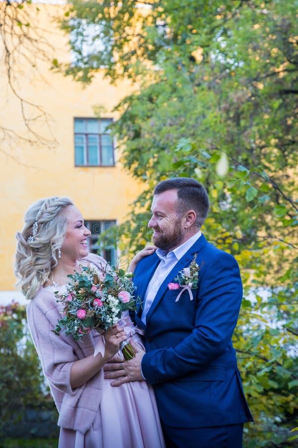Internationale Braut und im grünen Stadtpark zusammen sich pflegen stockbilder