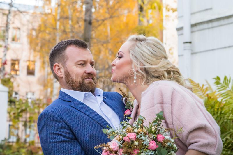 Internationale Braut und im gr?nen Stadtpark zusammen sich pflegen lizenzfreie stockfotos