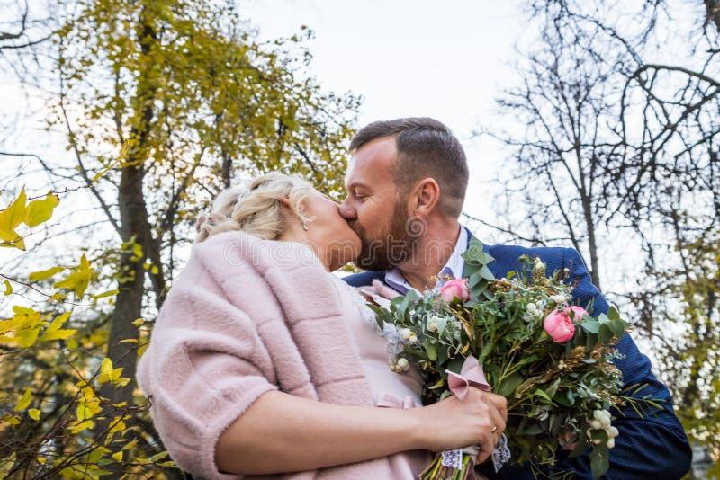 Internationale Braut und im gr?nen Stadtpark zusammen sich pflegen stockbilder