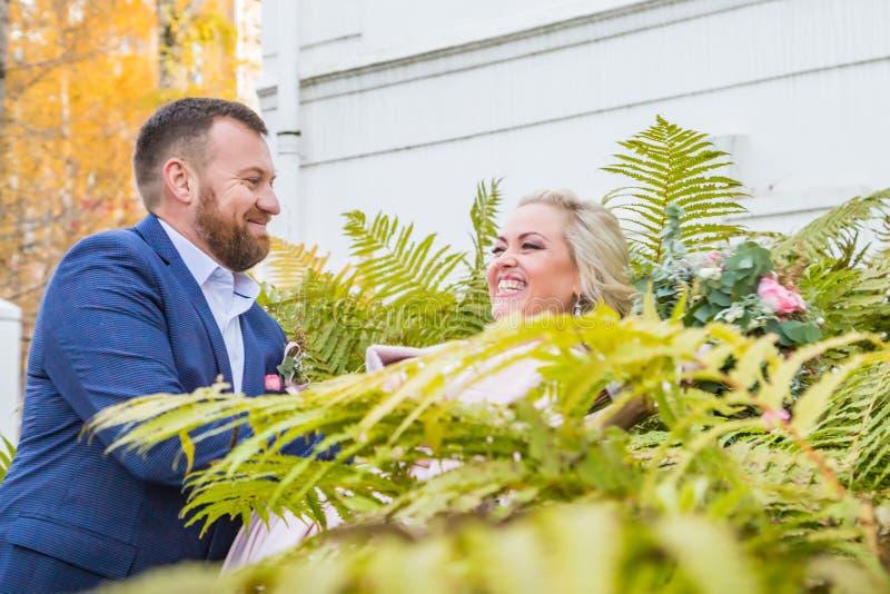 Internationale Braut und im gr?nen Stadtpark zusammen sich pflegen stockfotografie