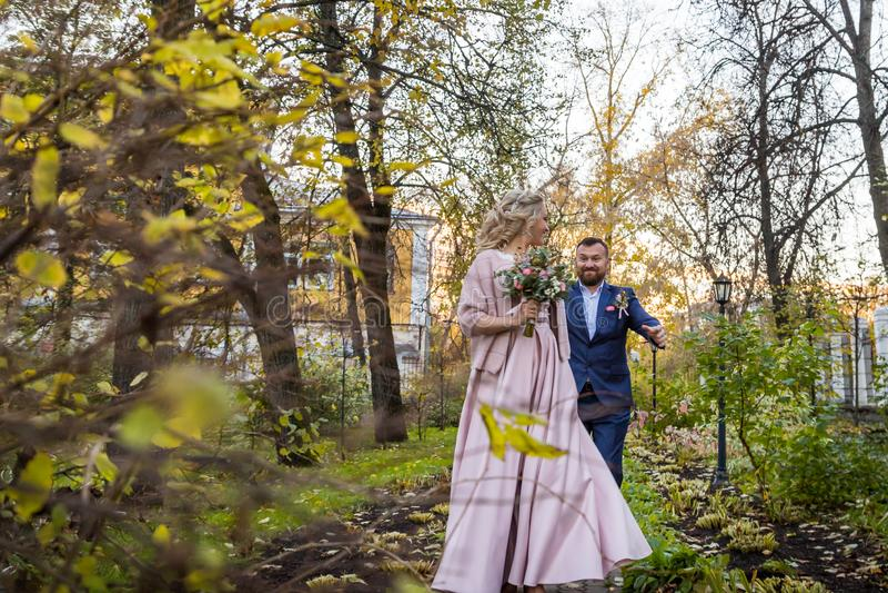 Internationale Braut und im gr?nen Stadtpark zusammen sich pflegen stockfotos