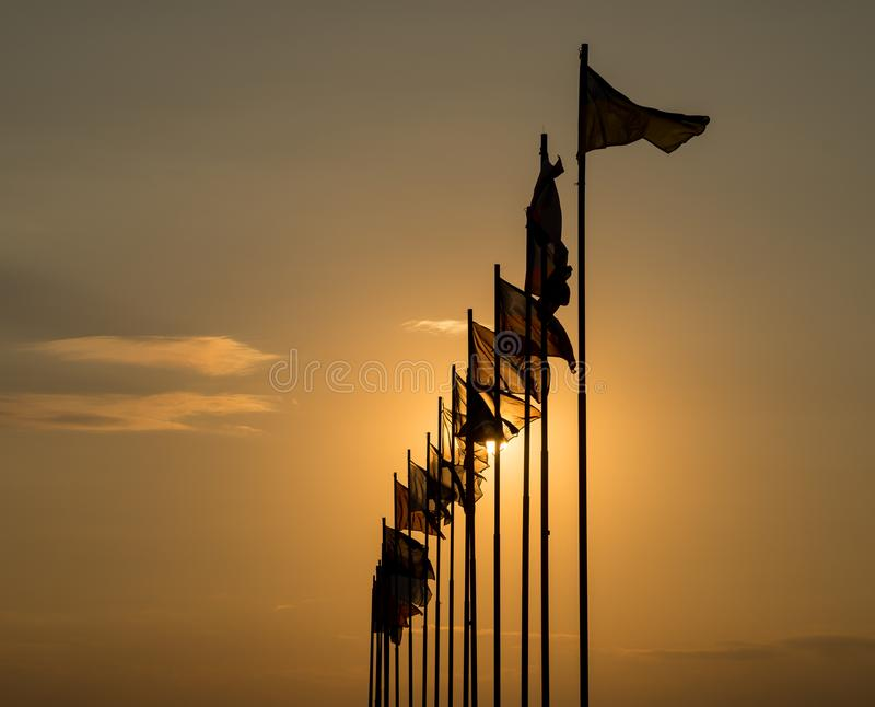 Internationale Flaggen, die im Wind flattern stockfotografie