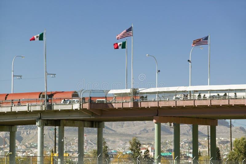 Internationale grens van Mexico & de Verenigde Staten, met vlaggen en het lopen brug die El Paso Texas verbinden met Juarez, Mexi stock afbeelding