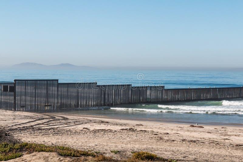 Internationale Grensmuur in San Diego met Los Coronados Eilanden royalty-vrije stock fotografie