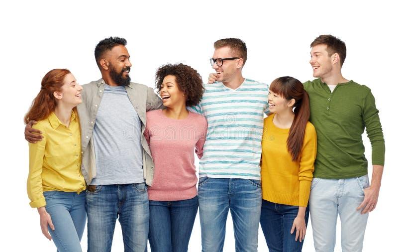 Internationale groep gelukkige glimlachende mensen stock foto